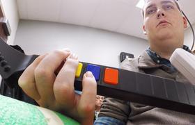Мозговой имплантат позволил парализованному человеку двигаться снова