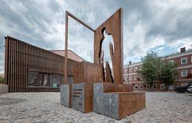 В Москве установили первый в мире памятник курьерам