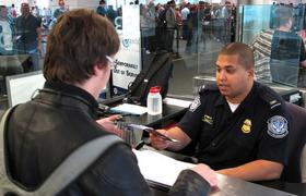 В США хотят проверять соцсети у въезжающих туристов, правозащитники против