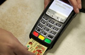 В Госдуме предложили обязать небольшие магазины принимать карты «Мир»