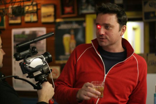 Канадский режиссер вставил себе в глаз настоящую камеру