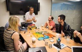 Сотня телефонов на стене и потайной бар: атмосфера в офисе LinkedIn на Манхэттене