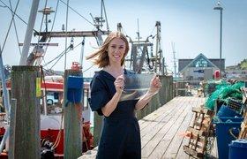 Британская выпускница изобрела экологичный пластик из рыбных отходов