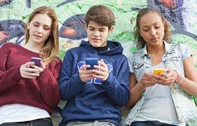 Цифры дня. Подростки осознают свою зависимость от телефонов