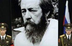 Множество людей пришли проститься с Александром Солженицыным. Видео