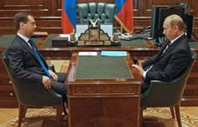 Тандем Медведев-Путин теряет сентябрьскую популярность