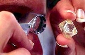 De Beers снижает добычу алмазов, что грозит ей потерей части рынка