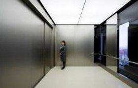 Огромный лифт вмещает до 80 человек