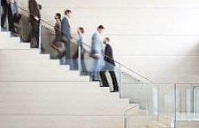 """В """"Уралсибе"""" сотрудников заставили ходить по лестницам"""
