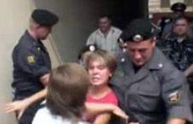 Лидера движения в защиту Химкинского леса ОМОН силой увез в отделение.ВИДЕО