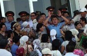 У администрации Киргизского Оша собрались 1,5 тыс. агрессивно настроенных людей. ВИДЕО