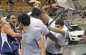 Товарищеский баскетбольный матч между Грецией и Сербией закончился массовой дракой. ВИДЕО