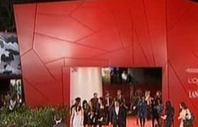 Церемония открытия кинофестиваля в Венеции оказалась скромнее, чем обычно. ВИДЕО