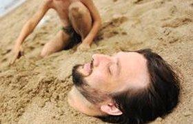 Спасатели вовремя откопали туриста, строившего песочные тоннели