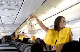 Филиппинские стюардессы развлекают пассажиров танцами под Леди Гага. ВИДЕО