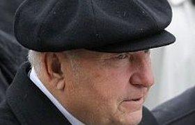 Лужков подал документы на получение визы в Великобританию