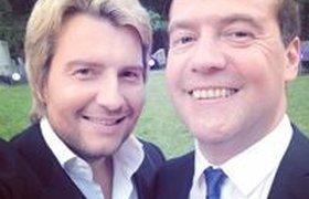 Медведев и Басков  сделали совместное селфи на свадьбе своего непубличного друга