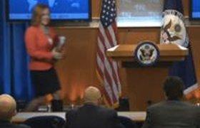 В соцсетях высмеивают Псаки, пришедшую на пресс-конференцию в одном сапоге