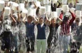 Бизнесмены обливаются ледяной водой в рамках благотворительной акции. ВИДЕО