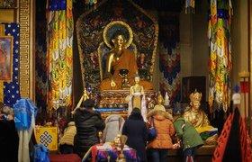 """Прихожане у алтаря в храме """"Дацан Гунзэчойнэй"""" в канун буддистского Нового года. Санкт-Петербург"""
