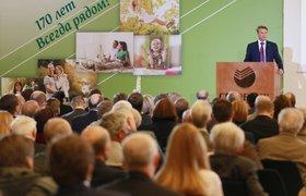 Особенности российских управленцев: кто кидает стулья, заставляет венчаться и петь гимн?