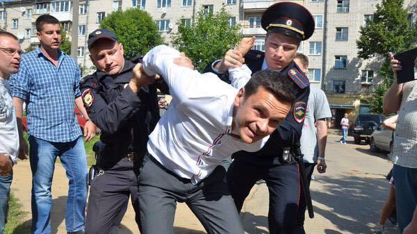 Политика: Илья Яшин требует к себе внимания СМИ