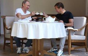 """В соцсетях о завтраке Путина и Медведева: """"Совсем уже головой поехали - чаем чокаются"""""""
