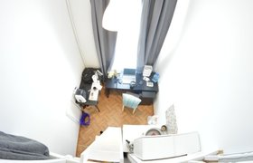 Как выглядит и сколько стоит квартира в Санкт-Петербурге с кроватью под потолком. ФОТО