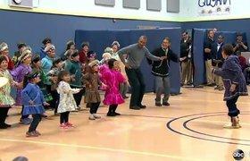 Обама исполнил танец народов Аляски на детском утреннике. ВИДЕО