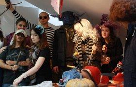 Как отпраздновали Хэллоуин в российских офисах: живые змеи, костюм Дракулы и конкурсы