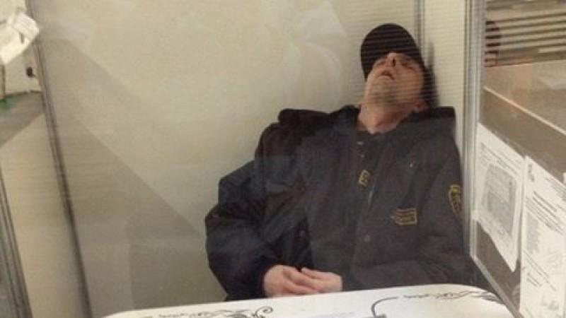 охранник спит на посту фото так давно поделился