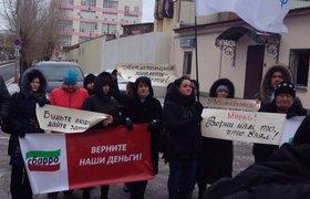"""Сотрудники """"Сбарро"""" на митинге против невыплаты зарплат у головного офиса компании"""