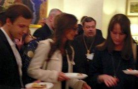 Священник РПЦ Всеволод Чаплин на приёме в посольстве США (по словам очевидца, ест кесадилью)