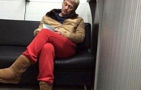 Пресс-секретарь президента Дмитрий Песков на автомойке в уггах и красных штанах
