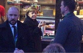 Ангела Меркель перекусила картошкой фри в уличном кафе перед ужином с лидерами ЕС