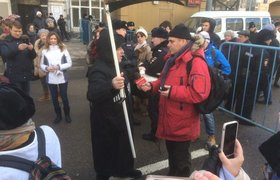 Человек в костюме смерти с косой на митинге памяти Бориса Немцова в Москве