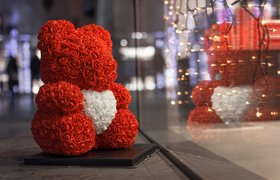 Картонная Бузова и мишки из роз: «Юла» назвала самые хайповые товары в России