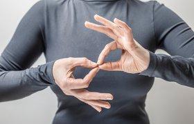 Создана перчатка-переводчик, которая позволяет услышать язык жестов