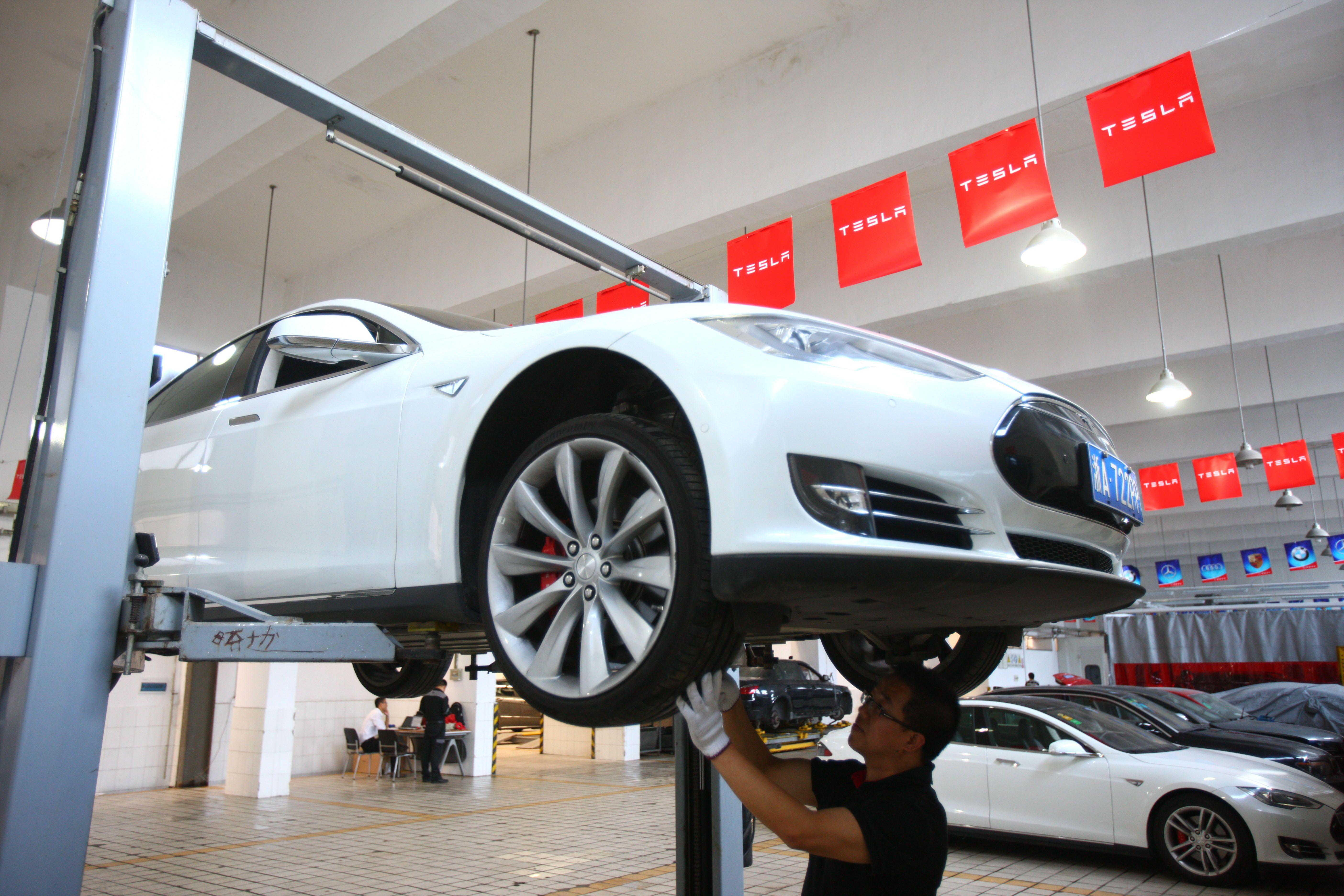 Tesla намерена открыть 100 новых сервисных центров перед выпуском Model 3
