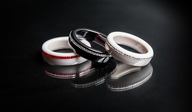 кольца на черном фоне