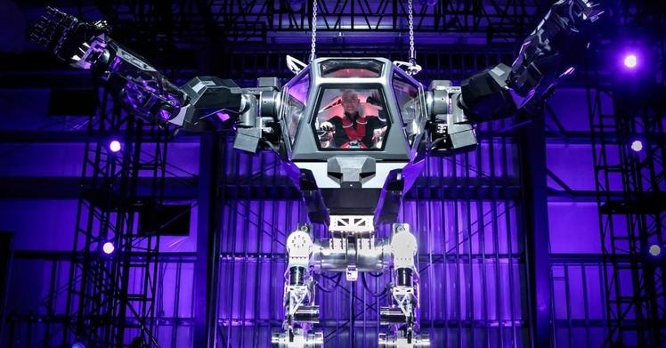 Руководитель Amazon появился насцене конференции MARS внутри гигантского робота Method-2