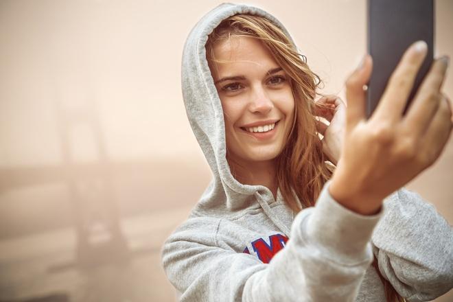 Девушка делает selfie