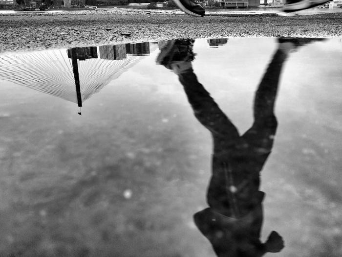 отражение бегуна в луже
