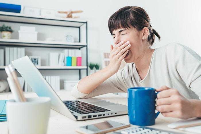 Женщине скучно на работе