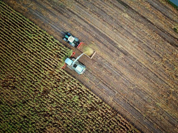 поле вид сверху, тракторы, пахота, обработка почвы