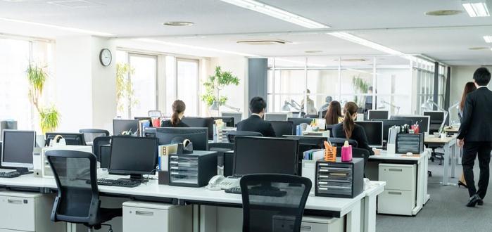 вид офиса, вид на мониторы