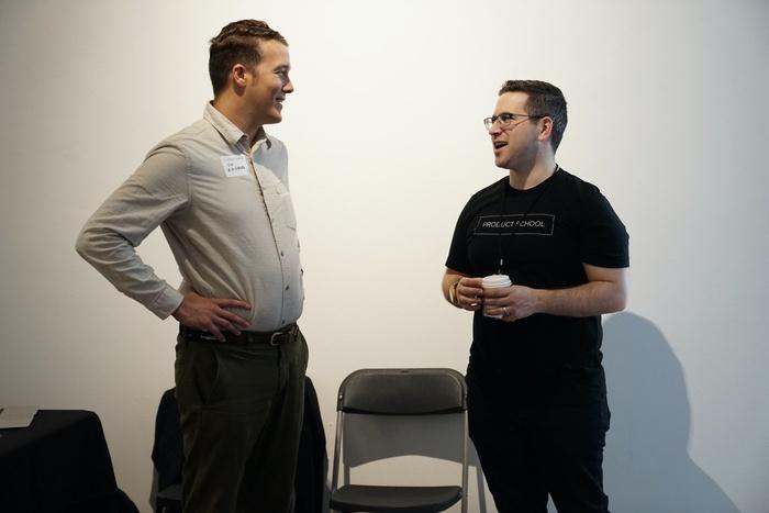 разговор двух мужчин, основатели стартапа