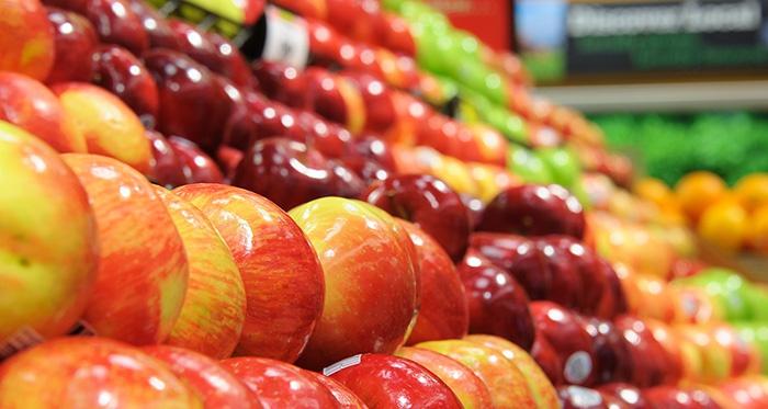 Яблоки в продуктовом магазине