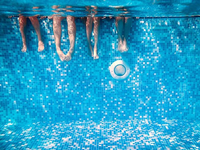 Ноги в бассейне