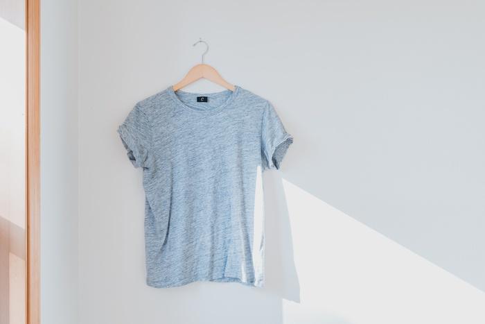 серая футболка, вешалка